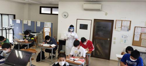 講師の先生たちも、マスク、フェイスシールド、手袋着用です。安全にはかなり気を配っています。もちろん、心配な人はネット教室での勉強も可能です。河原塾はジムでもネットでもリアルに指導が受けられます。