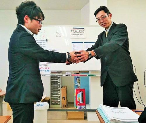 カモ―ン、クリスタル!講師の鈴木先生からクリスタルBOXが渡されます。