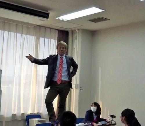 軽やかにダンスをはじめたではないか!!!それから、河原塾超のマインドセットが始まりました。こんな低い机の上でダンスしたって死にやしない。でも、これがもし地上10メートルにある机の上だったら、、、落ちて死ぬかもしれないという恐怖が出てきてダンスはできないだろう。でも、落ちたらどうしようではなく、ダンスを一生懸命やろうと考えられれば、その恐怖は消えて、ダンスはできるかもしれない。