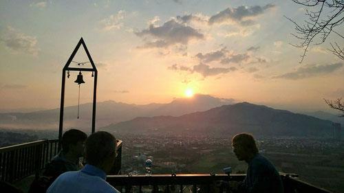 こんなロマンチックな場所からの朝の生放送!日の出がとても素敵に見えます。河原塾の塾長先生たちの朝はとても早いです。