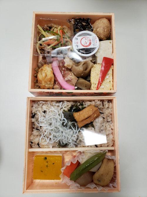 合宿ネタを書きます。合宿恒例となっている夕食、亀戸升本さんのお弁当。保存料、合成着色料を一切使用していない、健康に気を配ったお弁当です。これを食の瞑想でゆっくりゆっくりと時間をかけて食べます。こちらは1日目のお弁当。