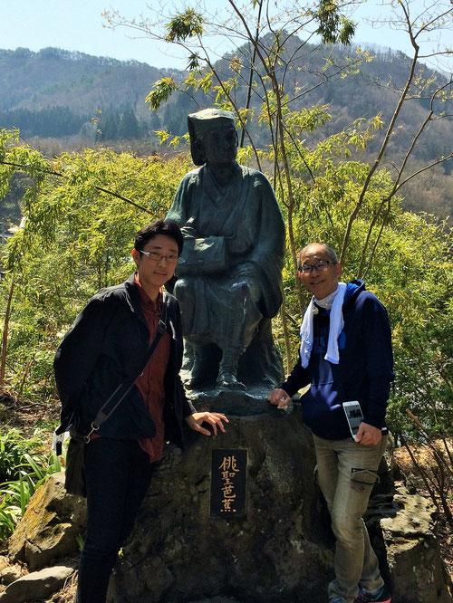 その人物とは、松尾芭蕉。奥の細道でも有名な句、「閑さや 岩にしみいる 蝉の声」 この句を詠んだのがこの寺だと言われています。写真は、名古屋校・森塾長とのツーショット。真ん中が芭蕉の銅像です。