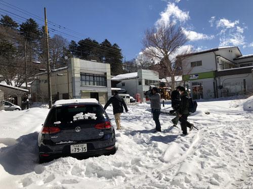 本当に日光は大雪ですごかったです!テレビの取材が来るくらいでした!ホテルまで車で来たゴルビー先生は取材を受けてましたよ!