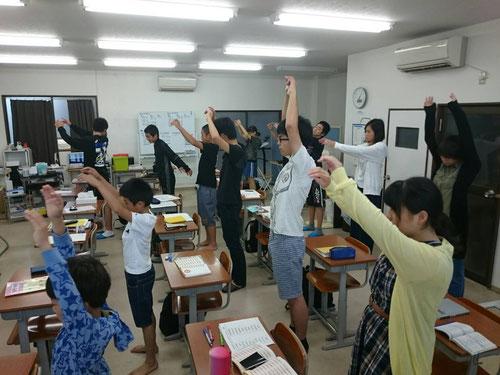 夏休み2回目の朝塾です。朝6:30からの午前授業です。朝6:30という時間にもかかわらず多くの子どもたちが教室に集まりました。送り迎えをしてくれ親御さんに本当に感謝です。