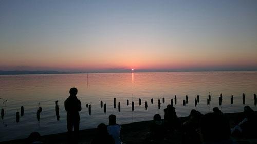 太陽が出る瞬間は見えなかったが、雲の上に顔を出す太陽が見えてきました。6:50を少し過ぎたころ。太陽が出てくると霞ケ浦の湖面が波立つのが見えました。水鳥たちも太陽の方へ歩み寄ります。