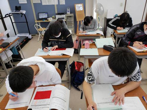 毎年2月になると、生徒たちは紙と鉛筆を使って受験勉強をします。今までためてきたものを一気に失くしていきます。さあ、今年はどうなるか楽しみです。