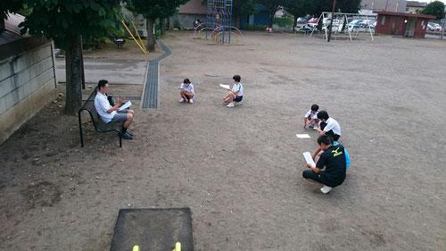 今朝は西茨城校初の試み!本校でもやっている朝学・野外学習、西茨城でもやってみました。上の写真は、英語の音読の風景(中学生)。