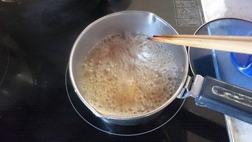 塾超チャンネルで当選した『フカヒレスープ』を調理して、フカヒレ丼を作ってみました。まずは鍋にスープを入れて火にかけます。