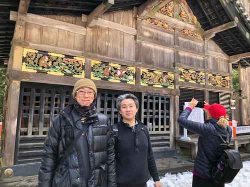 見ざる、聞かざる、言わざるの前で、東京国分寺校の近藤先生とツーショット