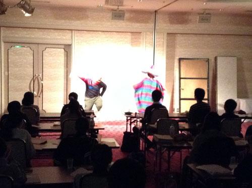 本校・たけちゃんと、V校臼井塾長によるカリートダンス。たけちゃん、体のわりにダンスが超上手かった!!