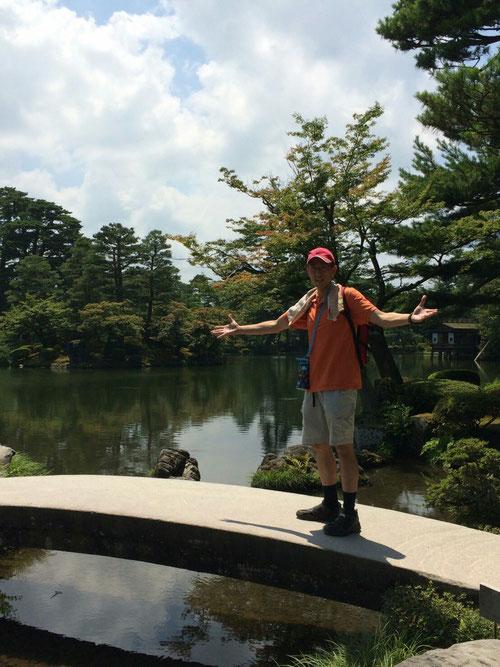 写真には私しか映っていませんが、多くの外国人でいっぱいでした。ヨーロッパ系の人たちのようでしたね。外国と日本では文化はちがうのですが、日本庭園は世界中の人たちが見ても、美しいと感じるのですかね。ちょっと日本人であることを誇りに思いました。でも、実は私、橋の上に立って、内心、川に落ちないかとビビってました(笑)