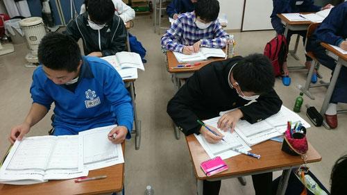今年も紙と鉛筆の時期になってきました。KJの中3生は、この時期は紙と鉛筆しか使いません。このKJの最終奥義で受験勉強のまとめに入ります。