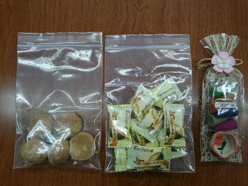 中には3つの品物が入っていました。森校長が送ってくれたのは東南アジアのお土産でした。真ん中がドリアンキャンディー、左はパームシュガー、右はお香です。