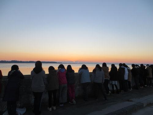 元旦アサンポ。6:10ホテルを出発し、霞ケ浦湖畔を目指す。日の出前6:35ごろ到着。ラジオ体操終了後、みんなで日の出の方向を見る。瞬間瞬間で変わる幻想的な景色に、子どもたちは心を奪われた。
