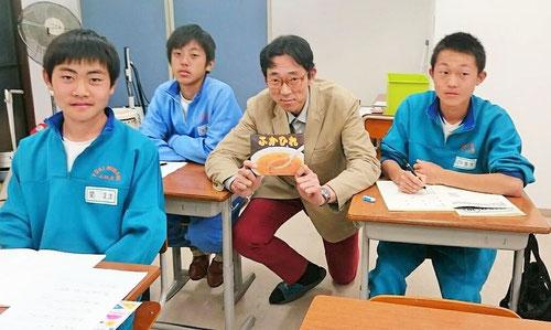 嬉しさのあまり、なぜか生徒たちと記念撮影(^^)