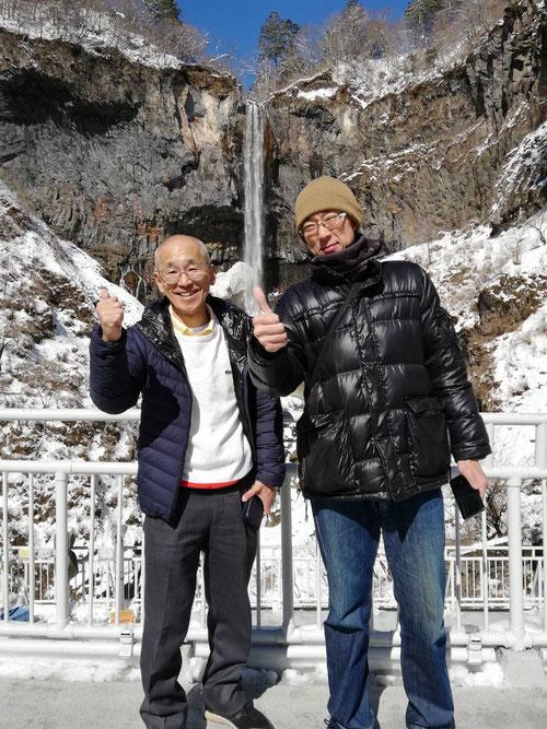 華厳の滝をバックに名古屋校・森校長とのツーショット。