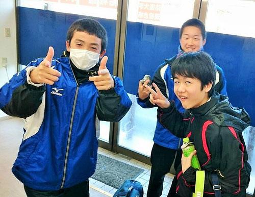 元気に学校に向かう中学生!塾から登校です。