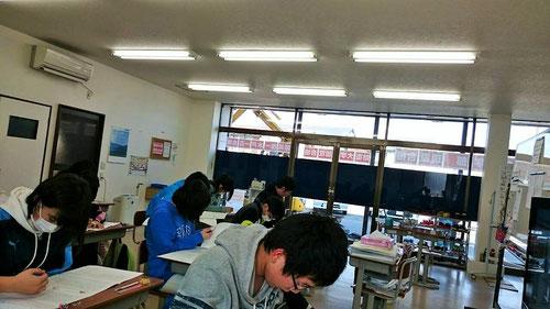 左奥にショベルカーの姿が!こんな状況でも、子どもたちは集中してテストをこなしています。河原塾超のアイデアで、何度も騒音シミュレーションを行ったことが生きています。