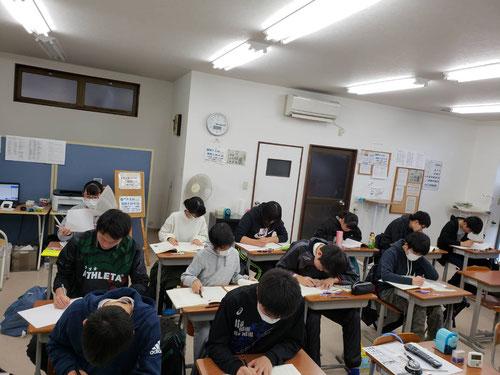 冬期講習が始まりました。一人一人が自分の課題を見つけ、勉強をしていきます。冬期講習の学習の様子はこちらに随時写真をアップしていきます。