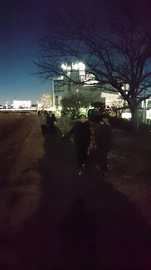 急きょ始まった夜の散歩「よるんぽ」、KJの合宿史上、初めての出来事。合宿中、しかも、元旦に今年最大のスーパームーンとは河原塾超はそういった運も引き寄せるパワーもあるのだろうか。