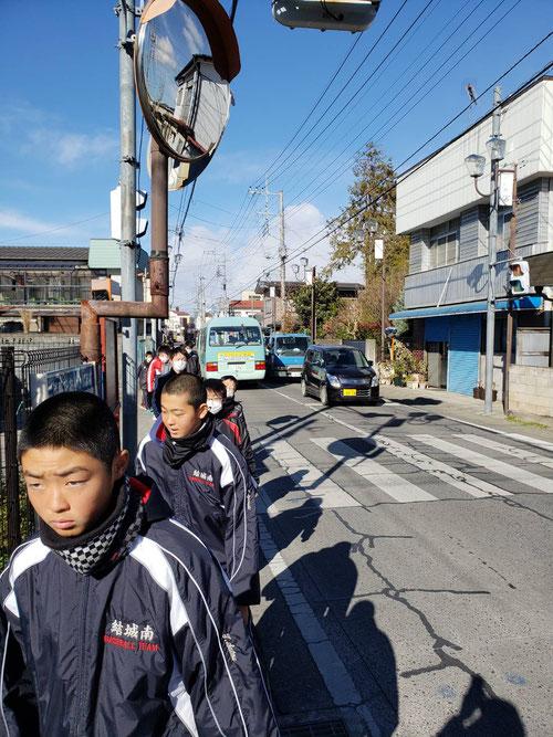 冬期講習7日目。今日は勉強の合間の軽運動と気分転換としてあさんぽに出かけました。あさんぽと行っても今日は日本中が寒波に覆われて寒いので、11時ごろのひるんぽです。聖なる沈黙で、結城の伝統的な街中を20分くらい歩きました。