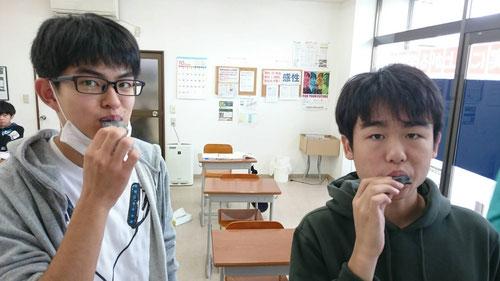 一番に食いつくのが、西茨城校ではお馴染み、酢だこ組の高1すずま、ゆうと(^^) 八ツ橋が大好きです。