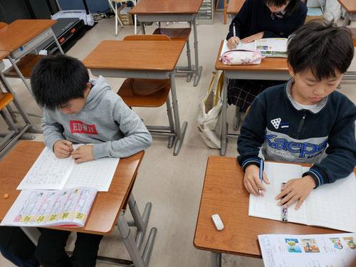 朝ジム参加の小学生。朝5:30にジムに来て、漢字ドリルをコツコツ進めています。小学生のうちに早起きの習慣が身に付くといいですね!