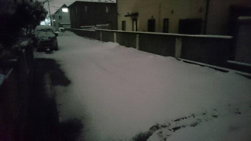 先週の関東での大雪は記憶に新しいが、今日もまた朝から雪!昨日から降った雪がまだ続く、、。今日も朝から雪かき!こういうときには毎日の早起きしているメリットがありますね。さあ、雪かきがんばるぞ!