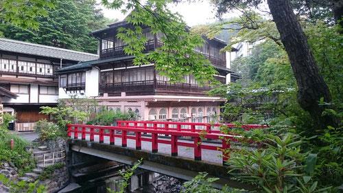 今日・明日は、本校・河原総長と東京国分寺校・近藤校長とで、この老舗旅館「積善館」でミーティングを開催。積善館周辺は緑に囲まれた本当に素敵な場所です。