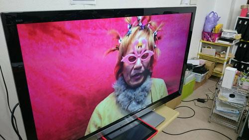 西茨城校のTVモニターに映し出されたフラミンゴメガネ姿の河原塾超。「Blow the wind」と塾超がいうと、なぜか後ろの赤いカーテンがなびく、、、