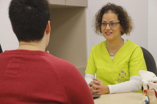 Fisioterapeuta de Clínica Fisia, clínica de fisioterapia en Tafalla, atendiendo a una paciente embarazada para fisioterapia de suelo pélvico
