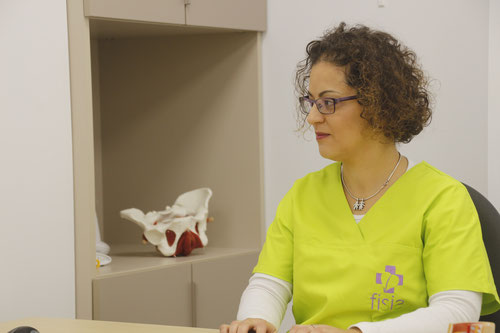 Fisioterapeuta de Clínica Fisia, clínica de fisioterapia en Tafalla, consultando tratamiento