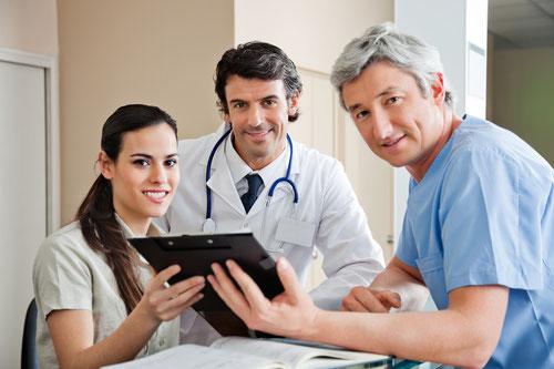 Profesionales médicos evaluando un diagnóstico fisioterapéutico en Clínica Fisia, en Tafalla (Navarra)
