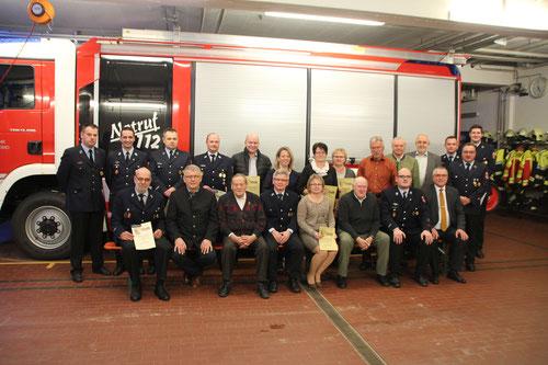 Die geehrten und beförderten Mitglieder der Feuerwehr