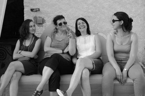 Une équipe de Zé Girls sur un canapé de Tintin en cours de réalisation.