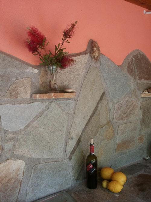 Steinwand an der Außenküche
