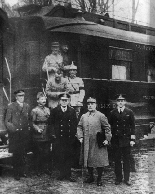 A la sortie du wagon qui vit la signature de l'armistice, à Rethondes