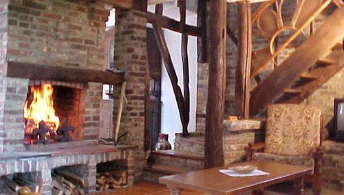Le salon, avec cheminée à l'âtre du gîte du cheval de renfort, à OHIS, Thiérache, Aisne, Picardie.