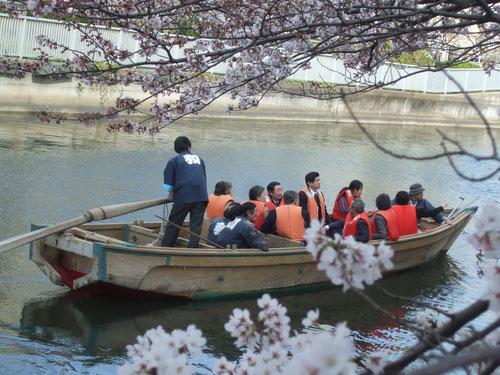 2日前の写真・森元総理が和船に乗ってお花見!背中を見せている薄オレンジの人!仕事さぼって来たのか?山崎江東区長も乗ってました