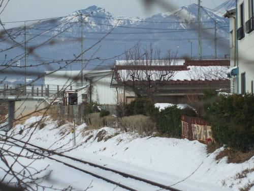 帰りの北中込駅から家を見る。右上に切れているのが浅間山