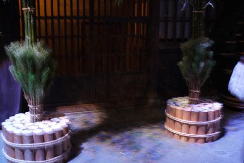 江戸の大店の門松 松の上に長い竹が伸びています