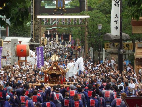 朝7時半、神主のお祓いを受けて1基づつ出発!左手に葵太鼓、右手の建物は天皇陛下をお迎えする御仮屋