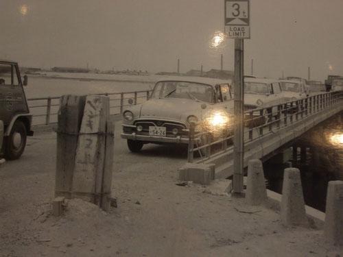 旧葛西橋、橋げたは木で出来てます!「ペンキヌルナ」の立看板が昔っぽい。昭和38年