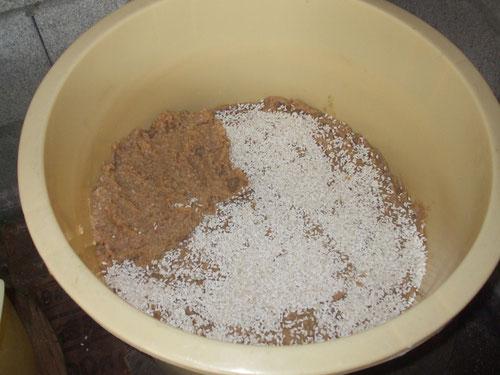 追加の糀と味噌を段々に、空気が入らないようきっちりと詰める