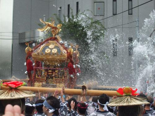 水かけ祭りともいわれ、御輿に盛大に水がかけられる
