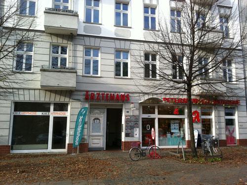 Das linke Schaufenster wird die neue Heimat von Kiez Hypnose im Petersburger Kiez