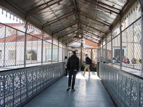 La passerelle qui relie la sortie de l'ascenseur à la place où se trouve l'église do Carmo