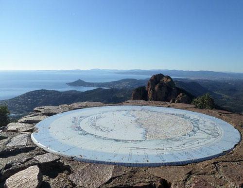 La table d'orientation au sommet du pic du Cap Roux