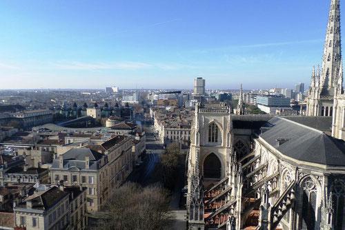 vue à gauche du palais de justicre derrière la cathédrale
