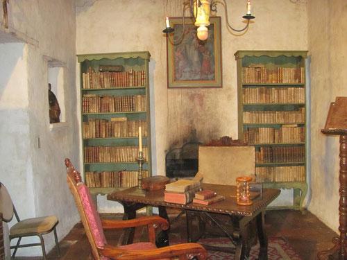 La mission possède la première bibliothèque de Californie.
